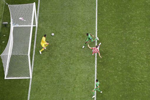 Dzyuba đánh đầu tung lưới Ả Rập Xê Út để ghi bàn thứ ba cho Nga