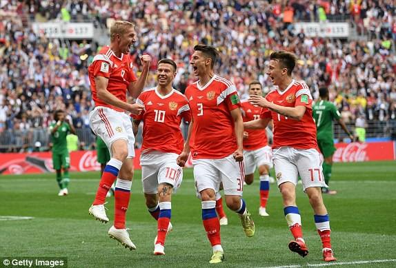 Niềm vui của các cầu thủ Nga sau khi có bàn mở tỉ số