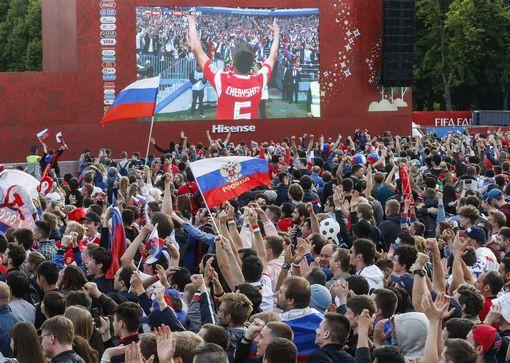 Cổ động viên Nga ăn mừng sau khi đội tuyển Nga có bàn thắng thứ hai