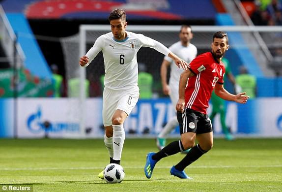 Cầu thủ Rodrigo Bentancur (trái, Uruguay) đi bóng trước sự theo dõi của Abdallah Said (phải, Ai Cập). Ảnh: Reuters