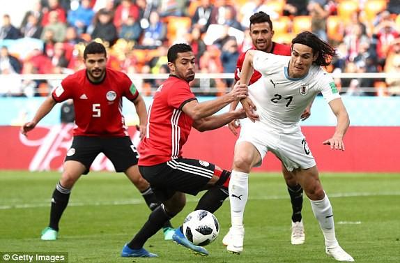 Cavani (phải, Uruguay) bị hậu vệ của Ai Cập đeo bám như hình với bóng. Ảnh: Getty Images