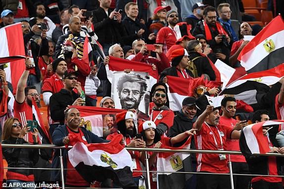 Cổ động viên Ai Cập mang hình của Salah. Ảnh: AFP Getty Images