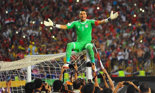 Hadary leo cột gôn mừng chiến thắng của Ai Cập trong trận gặp Congo.