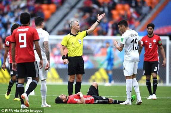 Hamed (Ai Cập, nằm sân) bị đau nên phải rời sân sớm. Ảnh: FIFA via Getty Images