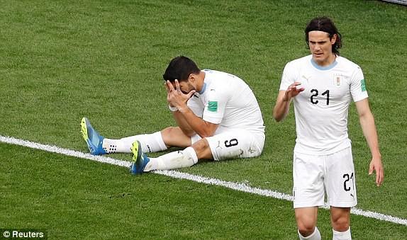 Suarez (trái, Uruguay) ôm mặt đầy tiếc nuối sau khi bỏ lỡ cơ hội ghi bàn. Ảnh:Reuters