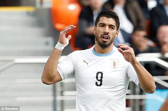 Vẻ mặt tiếc nuối củaLuis Suárez. Ảnh: Reuters