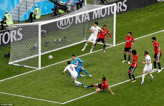 Pha bỏ lỡ đầu tiên với cú sút trượt đưa bóng vào cạnh mép lưới. Ảnh: Reuters