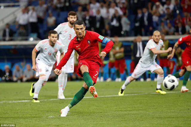 C.Ronaldo hạnh phúc sau khilập một cúhat-trick đầu tiên World Cup. Ảnh: Reuters