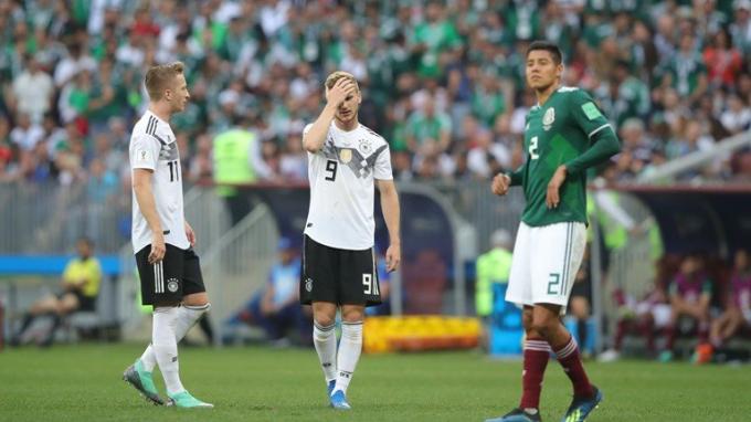 Các cầu thủ của ĐT Đức không thể xuyên thủng hàng phòng ngự của Mexico.