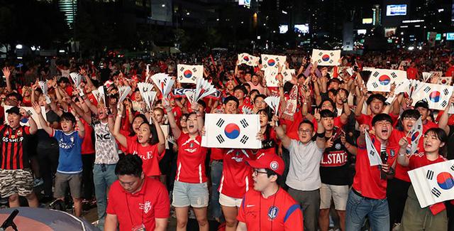 Người dân Hàn Quốc đổ về quảng trường Gwanghwamun ở trung tâm thủ đô Seoul, theo dõi trận Hàn Quốc - Thuỵ Điển đêm qua, thông qua màn hình khổng lồ