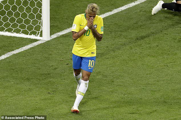 Lối đá cá nhân của Neymar khiến anh bị phạm lỗi khá nhiều