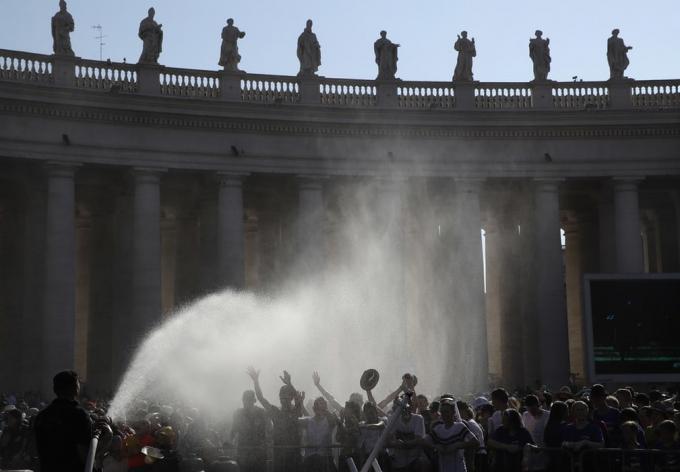 Lính cứu hỏa phun nước giúp đám đông chờ Giáo hoàng Francis