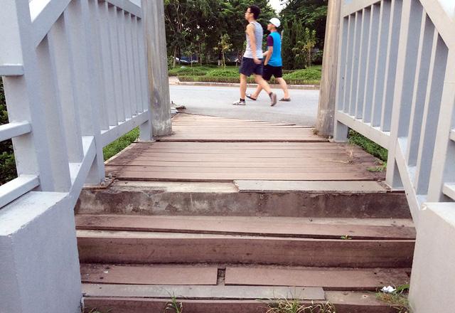 Sau 8 năm hoạt động, đến nay, công viên xuống cấp, nhiều nơi nhếch nhác. Trong ảnh, bậc gỗ trong công viên hư hỏng, vá víu tạm bợ.