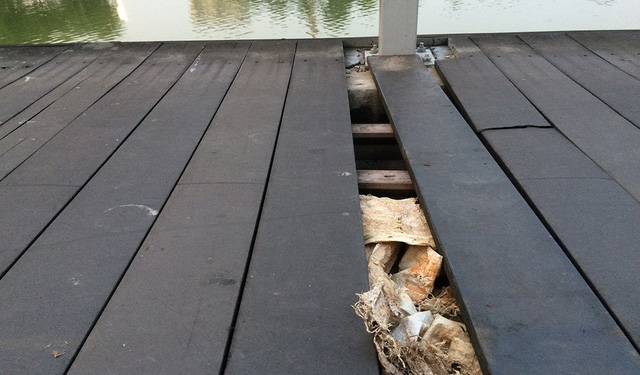 Tấm sàn cầu bắc ra hồ biến mất, thành nơi nhét rác của những người thiếu ý thức.