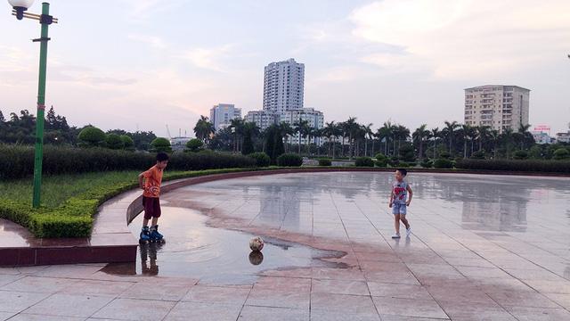 Mỗi khi trởi mưa, nhiều khu vực của công viên đọng nước lênh láng, trơn trượt khá nguy hiểm.