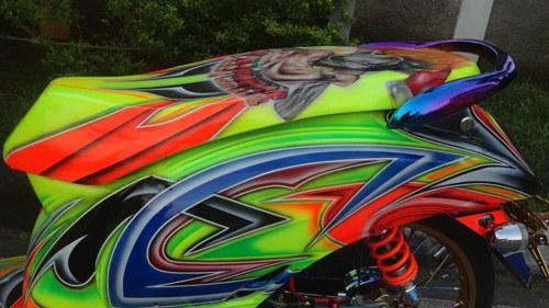 Yên xe cũng được bao phủ đồ họa Graffiti lạ mắt