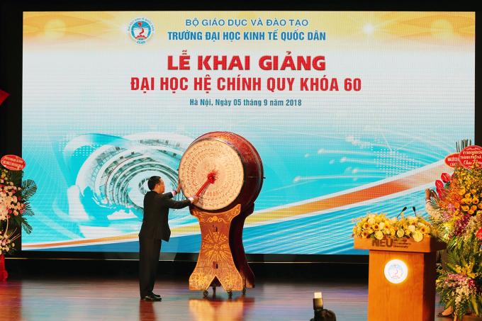 Phó Thủ tướng Vương Đình Huệ đánh trốnglễ khai giảng Đại học hệ chính quy khoá 60 của Đại học Kinh tế Quốc dân.