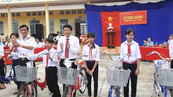 Đại tá Nguyễn Tấn Lực, Bí thư Đảng ủy, Chính ủy Hải đoàn 129 tặng xe đạp cho các học sinh Trường THCS Vị Thắng, TP Vị Thanh, Hậu Giang.