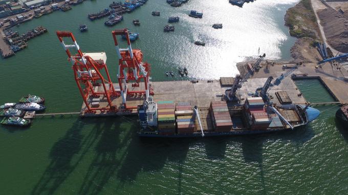 Cần cẩu tại cầu Cảng Quy Nhơn. Ảnh: Nguyễn Dũng