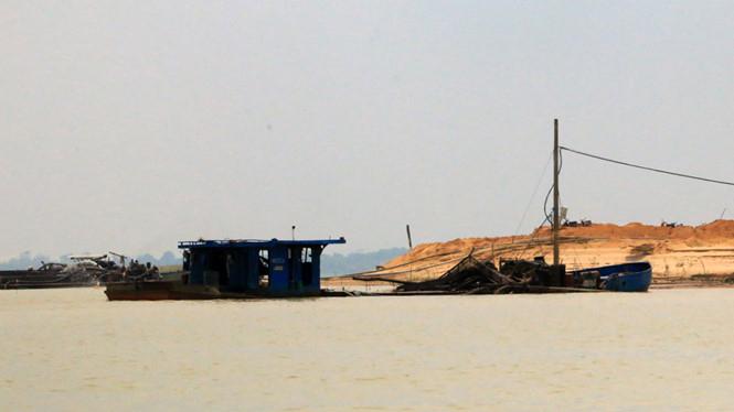 Các tàu khai thác cát bên dòng nước đục ngầu ở hồ Dầu Tiếng. Ảnh: Đỗ Trường / theo Thanh niên