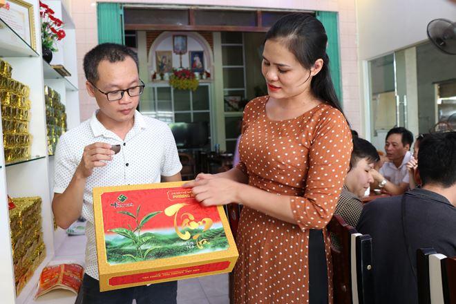 Chị Nguyễn Thị Tân - Chủ nhiệm HTX Tân Trà Thái đang giới thiệu sản phẩm cho khách hàng.