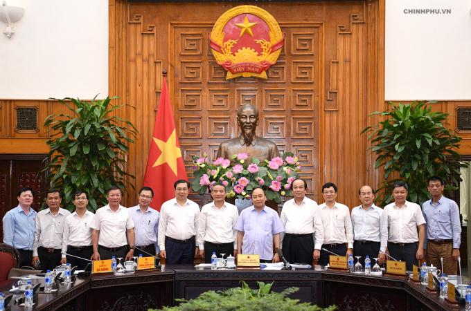Thủ tướng Nguyễn Xuân Phúc cùng lãnh đạo TP Đà Nẵng chụp ảnh lưu niệm.