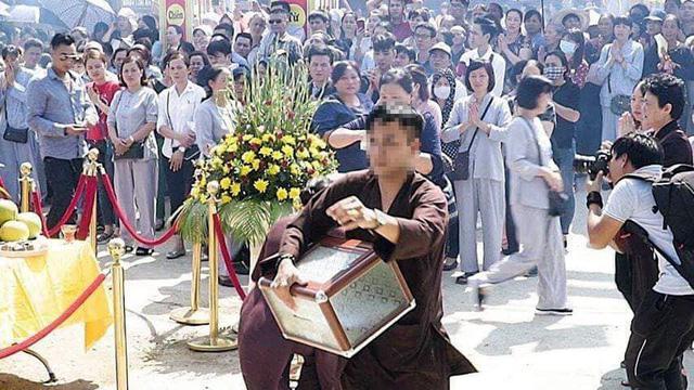 Nam thanh niên được cho là xông xáo, làm nhiều việc trong lễ cất nóc, dựng chuông chùa Thái Ân.