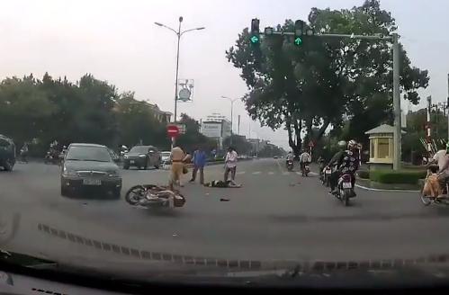 Do không làm chủ được tốc độ, nam thanh này này đã xảy ra va chạm với một ô tô. Ảnh: Chụp từ clip