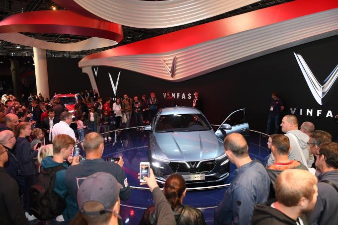 Khách quốc tế bị thu hút bởi 2 mẫu xe đến từ Việt Nam, mang đẳng cấp quốc tế. Trong đó, chiếc xe Sedan Lux A2.0 mang vẻ đẹp sang trọng, thanh lịch; chiếc xe SUV Lux SA 2.0 lại chứa đựng nét khỏe khoắn, hiện đại.