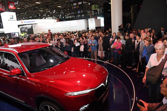 Lần đầu tiên tham dự và cũng là đại diện Việt Nam lần đầu tiên góp mặt tại triển lãm ô tô quy mô quốc tế, VinFast trở thành gian hàng nổi bật bên cạnh các tên tuổi lớn như Ferrari, Suzuki, Kia, Renault...