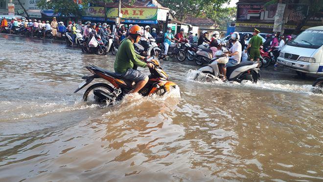 Một số tuyến đường bất đắc dĩ trở thành sông trong vài giờ.