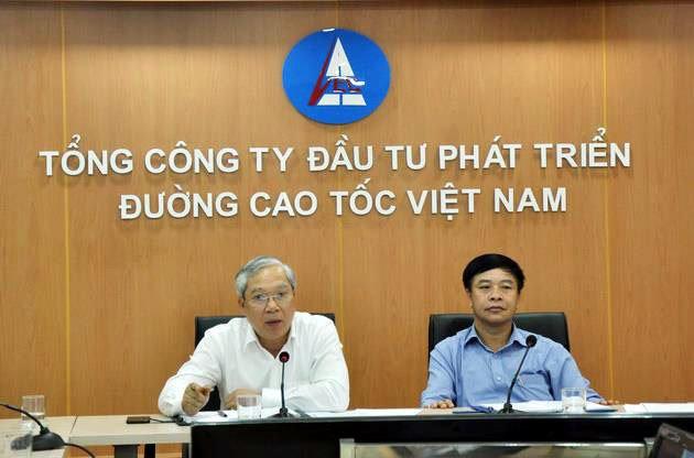 Chủ tịch Hội đồng thành viên VEC Mai Tuấn Anh (trái) và Tổng giám đốc Trần Văn Tám (phải) bị Bộ trưởng GTVT phê bình nghiêm khắc