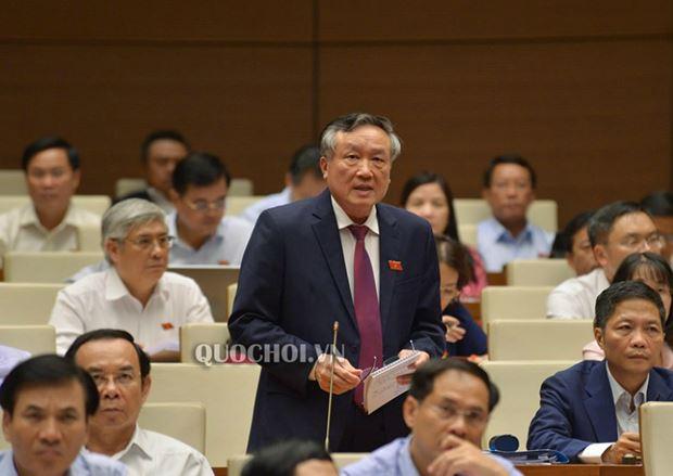 Chánh án Tòa án Nhân dân tối Cao Nguyễn Hòa Bình trả lời chất vấn.