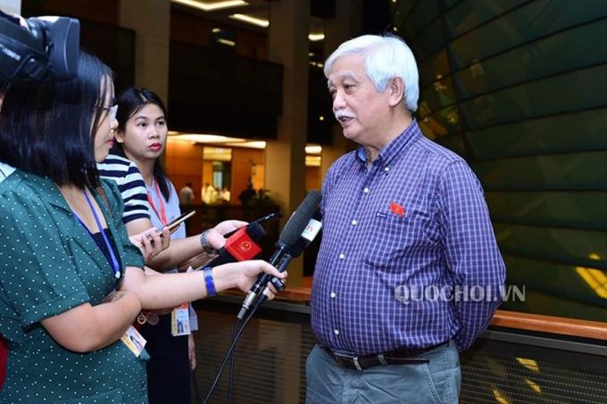 Các đại biểu trả lời phỏng vấn của báo chí bên lề Quốc hội. Ảnh: QH.