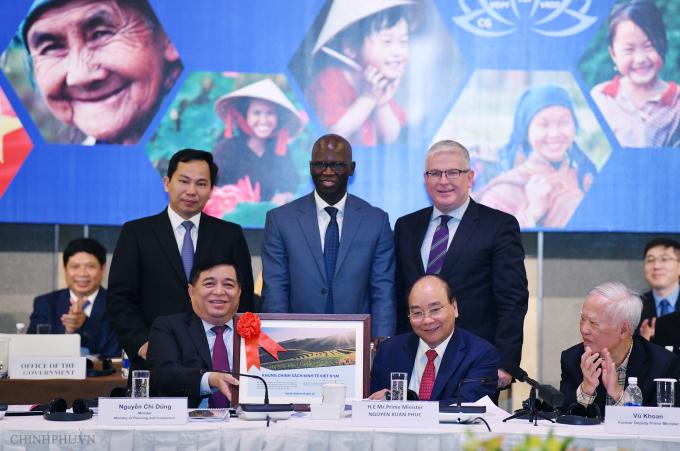 Thủ tướng và Bộ trưởng Bộ Kế hoạch và Đầu tư tặngtài liệu Khung chính sách kinh tế Việt Nam cho Ngân hàng Thế giới.