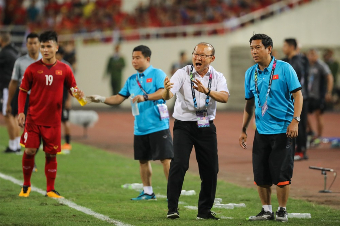 Ông Park liên tục nhắc nhở các học trò trong từng tình huống.