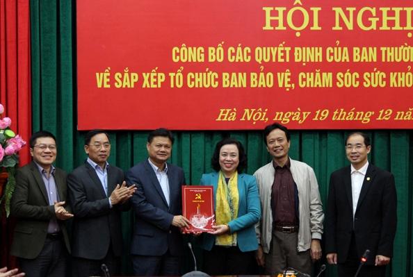 Phó Bí thư Thường trực Thành ủy Ngô Thị Thanh Hằng trao Quyết định kiện toàn Ban Bảo vệ, chăm sóc sức khỏe cán bộ thành phố Hà Nội.