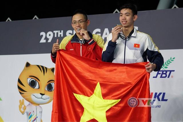 Kình ngư Nguyễn Huy Hoàng (phải) giành HCV Olympic Trẻ thế giới.