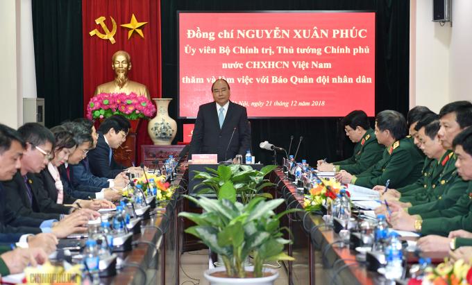 Thủ tướng Nguyễn Xuân Phúc nói chuyện với tập thể Báo Quân đội nhân dân. Ảnh: VGP/Quang Hiếu