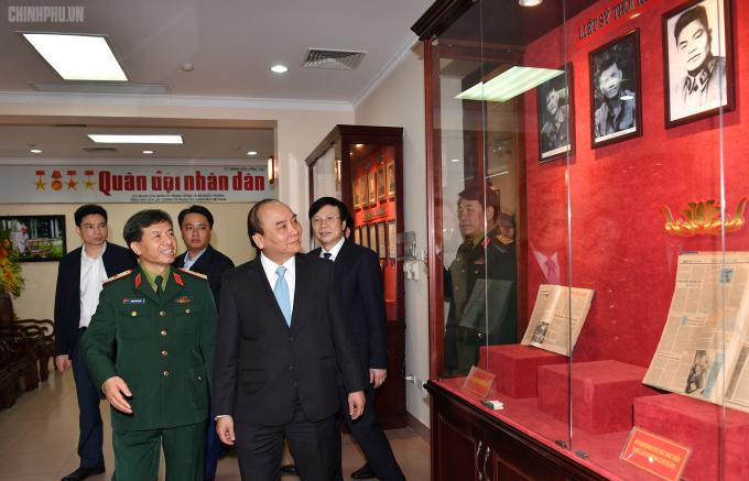 Thủ tướng thăm Phòng truyền thống của Báo Quân đội nhân dân. Ảnh: VGP/Quang Hiếu