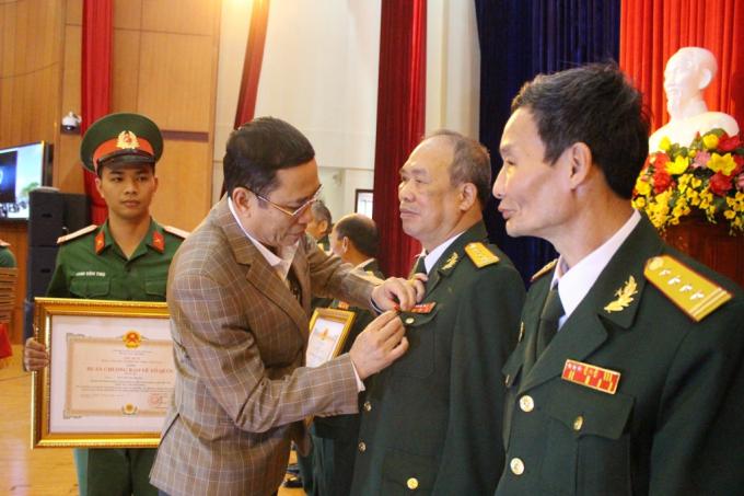 Phó Chủ tịch UBND tỉnh Đắk Lắc Võ Văn Cảnh trao Huân chương cho các đồng chí cán bộ quân đội cao cấp đã nghỉ hưu trên địa bàn. Ảnh: Báo Đắk Lắc