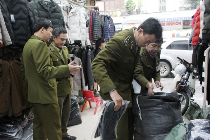 Lực lượng QLTT kiểm tra các cửa hàng nằm ở Phố Hàng Đào, Hàng Dầu, Hàng Gai, Hàng Buồm.