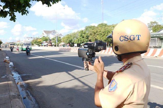 CSGT ghi hình vi phạm giao thông.