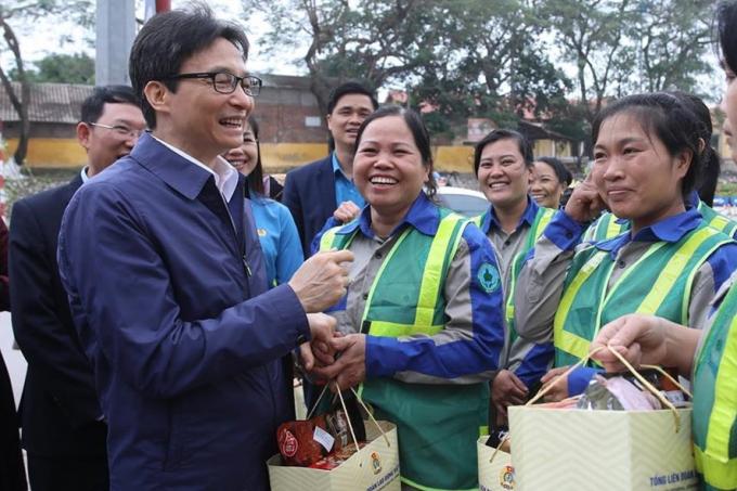 Phó Thủ tướng Vũ Đức Đam trao quà tới các nữ lao công. (Ảnh: Sơn Tùng / Báo Lao động)