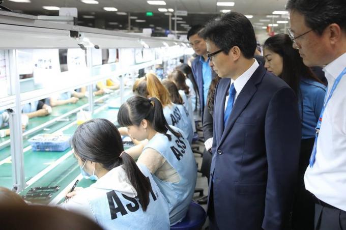 Phó Thủ tướng Vũ Đức Đam thăm hỏi CN Cty SJ Tech Việt Nam đang làm việc.(Ảnh: Sơn Tùng / Báo Lao động)