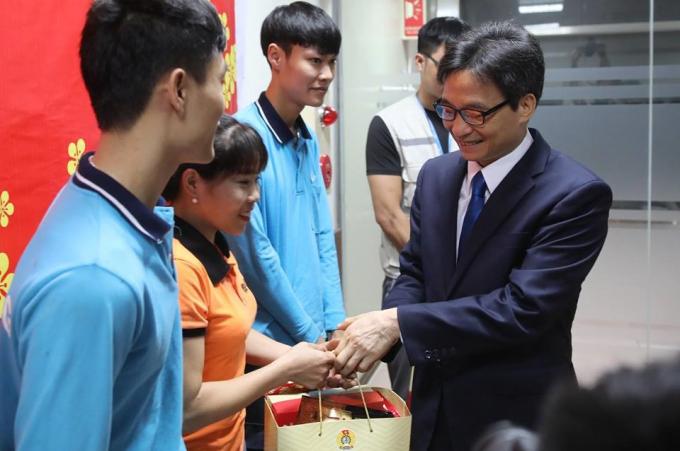 Phó Thủ tướng Vũ Đức Đam trao quà tới CN Cty SJ Tech Việt Nam.(Ảnh: Sơn Tùng / Báo Lao động)
