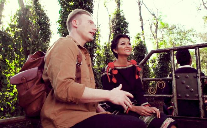H'Hen Niê mặc trang phục mang đậm bản sắc quê hương và thoải mái ngồi xe công nông để đi thăm vườn cà phê.(Nguồn: soha.vn)