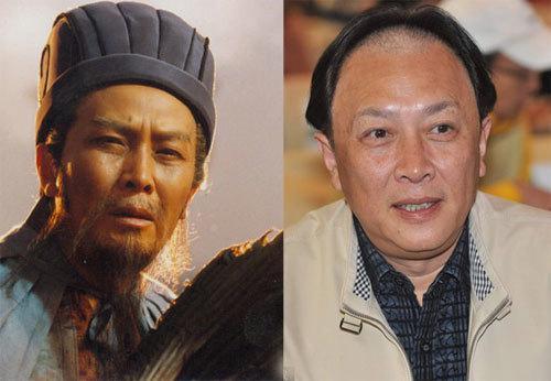 """Trong dàn diễn viên """"Tam Quốc diễn nghĩa"""" năm xưa, Đường Quốc Cường – người thủ vai """"Gia Cát Lượng"""" được xem là diễn viên thành công nhất. Sau vai diễn kinh điển, ông tiếp tục được tín nhiệm khi được vào vai các nhân vật lịch sử danh tiếng như: Mao Trạch Đông, Tần Thủy Hoàng, Ung Chính, Lý Thế Dân… Ở tuổi 67, Đường Quốc Cường tỏ ra phong độ, khỏe mạnh so với các đồng nghiệp cùng thời. Bên cạnh vai trò diễn viên, ông còn là một nghệ sĩ thư pháp nổi tiếng tại Trung Quốc. Nhiều tác phẩm thư pháp của ông được trưng bày tại các triển lãm trong và ngoài nước."""