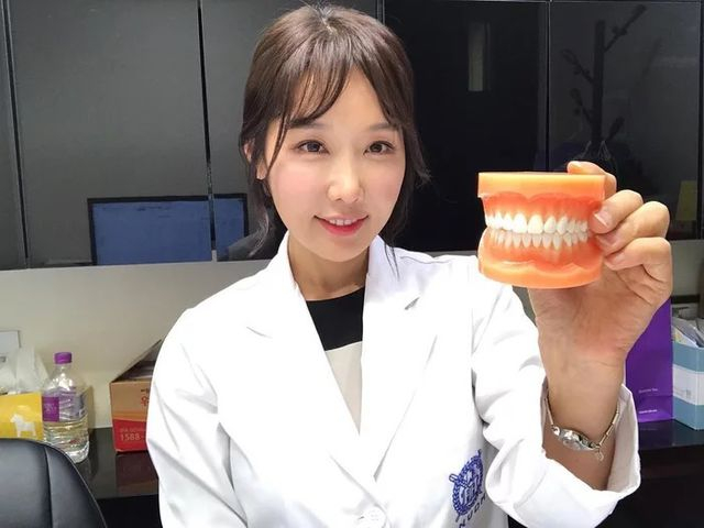 Dù đã 50 tuổi, Lee Su Jin vẫn sở hữu gương mặt trẻ trung tuổi đôi mươi.