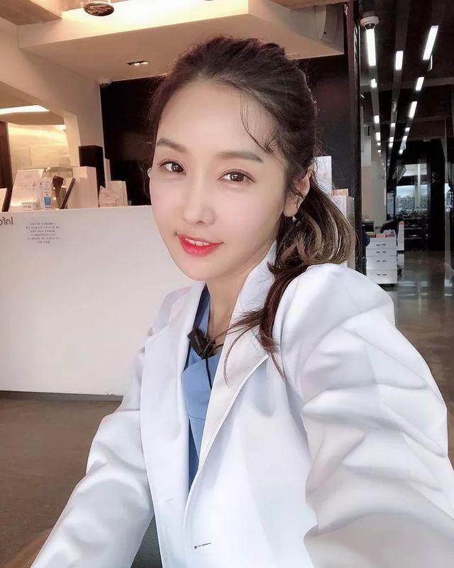 Không chỉ là nha sĩ, Lee Su Jin còn nổi tiếng trên mạng xã hội nhờ sự trẻ trung của mình.